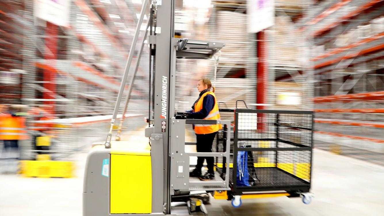 epa06313989 An employee works at the new Amazon logistic and distribution center in Werne, Germany, 07 November 2017. The official inauguration is scheduled for January 2018.  EPA/FRIEDEMANN VOGEL