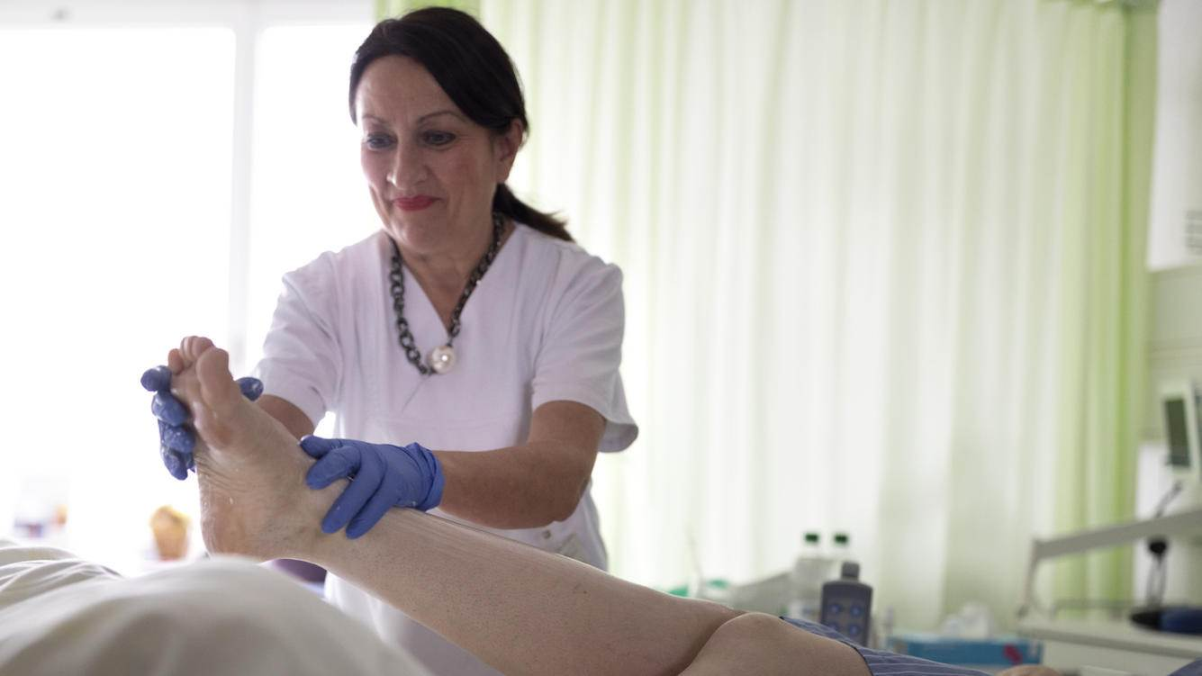 A nurse tends to a patient, pictured at the Department of Neurosurgery of the Inselspital, the University Hospital of Bern, Switzerland, on November 21, 2018. (KEYSTONE/Gaetan Bally)