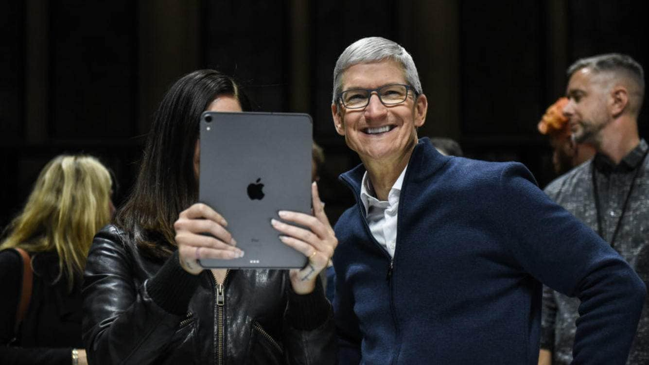 NEW YORK, NY - OCTOBER 30: Tim Cook, CEO of Apple laughs while Lana Del Rey (with iPad) takes a photo during a launch event at the Brooklyn Academy of Music on October 30, 2018 in New York City. Apple debuted a new MacBook Air, Mac Mini and iPad Pro. (Photo by Stephanie Keith/Getty Images)