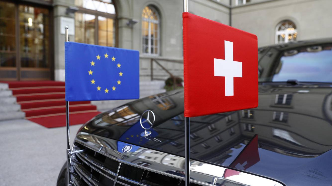 A limousine with the flags of the European Union and Switzerland waits in front of the Bernerhof, during the official visit of European Commission President Jean-Claude Juncker in Bern, Switzerland, Thursday, November 23, 2017. (KEYSTONE/Peter Klaunzer)