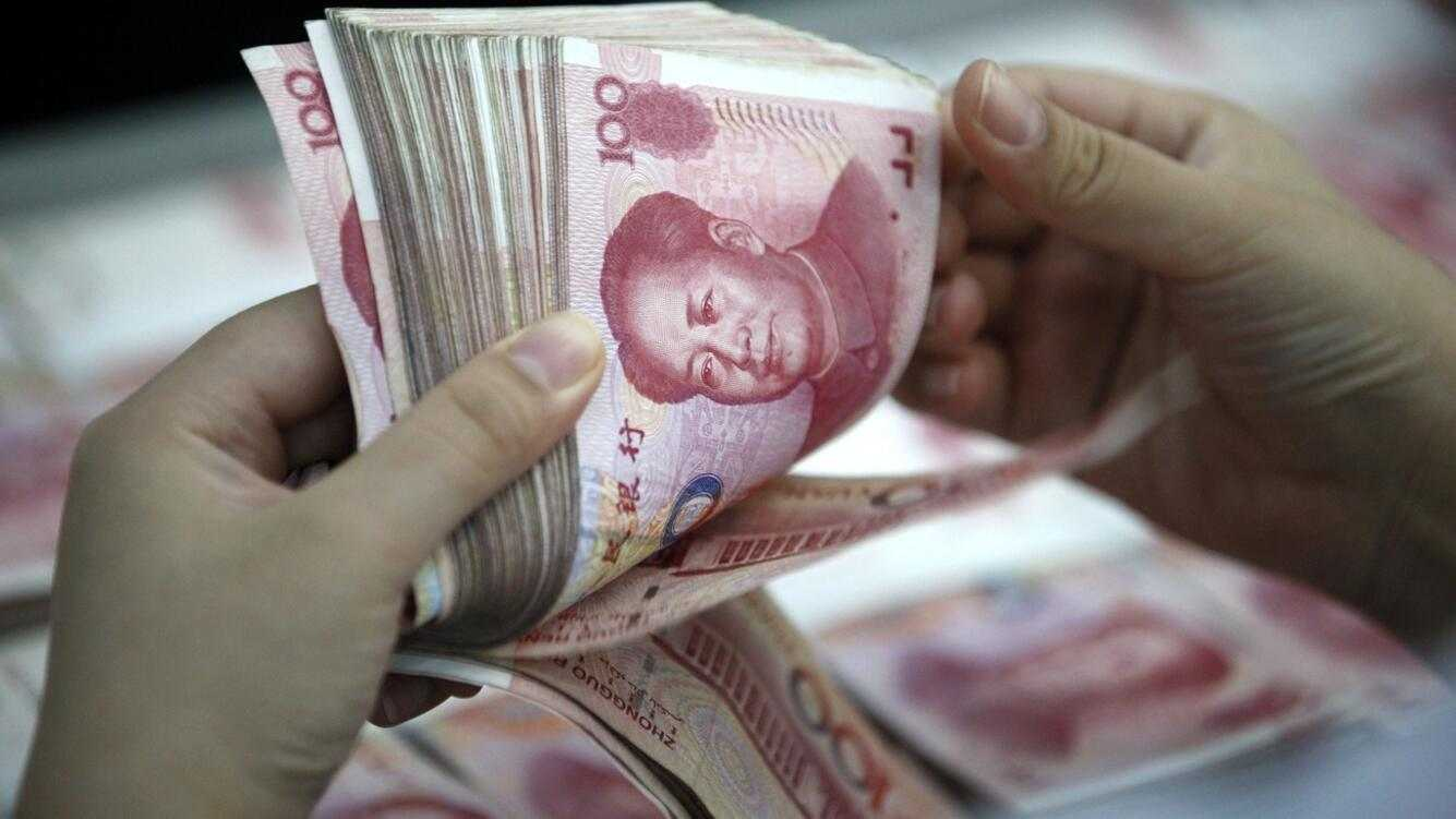 epa05049738 (FILE) A file picture dated 26 August 2015 of a clerk counting Renminbi banknotes in a bank outlet in Huaibei, Anhui province, China. The International Monetary Fund (IMF) on 30 November 2015 announced it is adding China's renminbi, or Yuan, to the currencies that the Washington-based crisis lender uses as a measure of value, alongside the dollar, euro, yen and pound sterling.  EPA/WOO HE CHINA OUT *** Local Caption *** 52146007