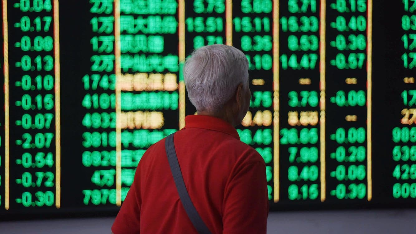 HANGZHOU, CHINA - JUNE 19:  An investor watches the electronic board at a stock exchange hall on June 19, 2018 in Hangzhou, China. Chinese shares plunged on Tuesday with the benchmark Shanghai Composite Index down 114.08 points, or 3.78 percent, to close at 2,907.82. The Shenzhen Component Index fell 528.37 points, or 5.31 percent, to close at 9,414.76.  (Photo by VCG/Getty Images)