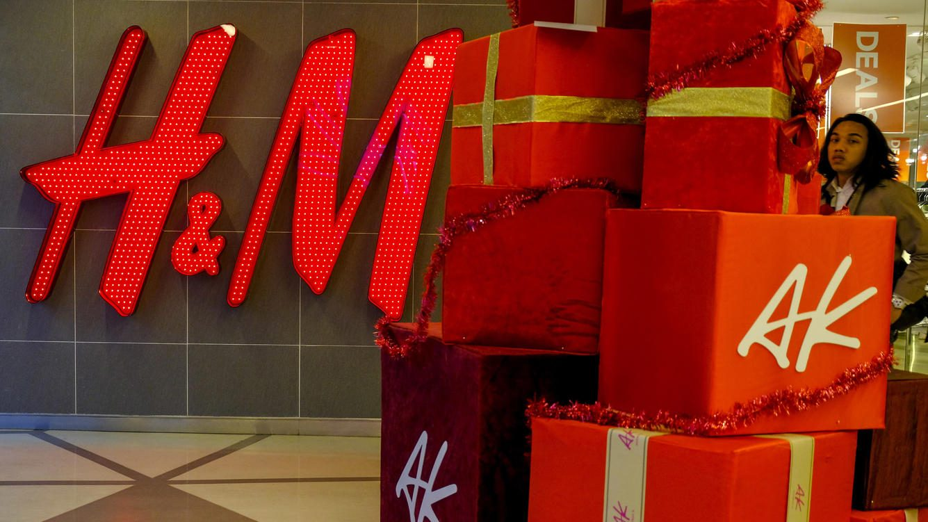 KUALA LUMPUR, MALAYSIA - 2018/12/05: A man seen passing next to the H&M boutique and Christmas decoration in  the Malaysian capital, Kuala Lumpur. (Photo by Faris Hadziq/SOPA Images/LightRocket via Getty Images)