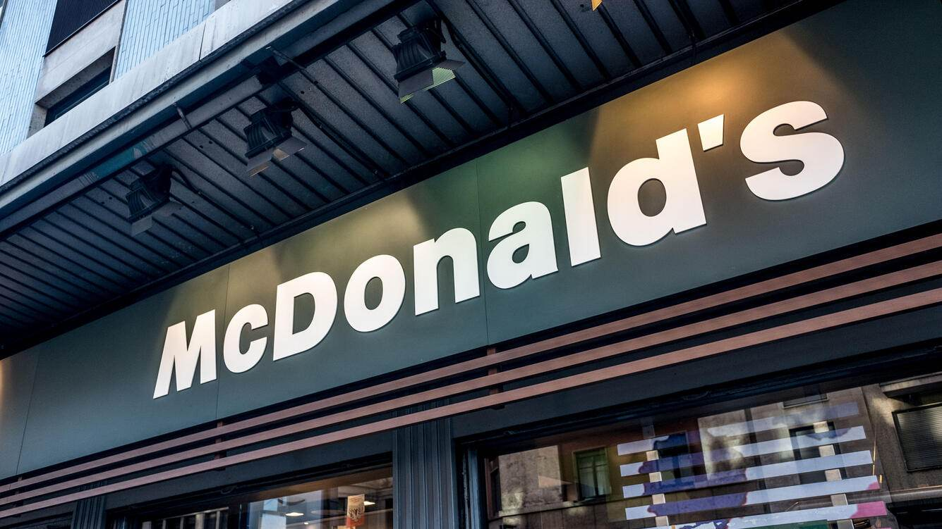 MILANO, ITALY - 2018/01/02: Fast food corporation McDonald's start to sell vegan and gourmet hamburger in Italy, to catch more audience with healthy food. (Photo by Mairo Cinquetti/Pacific Press/LightRocket via Getty Images)