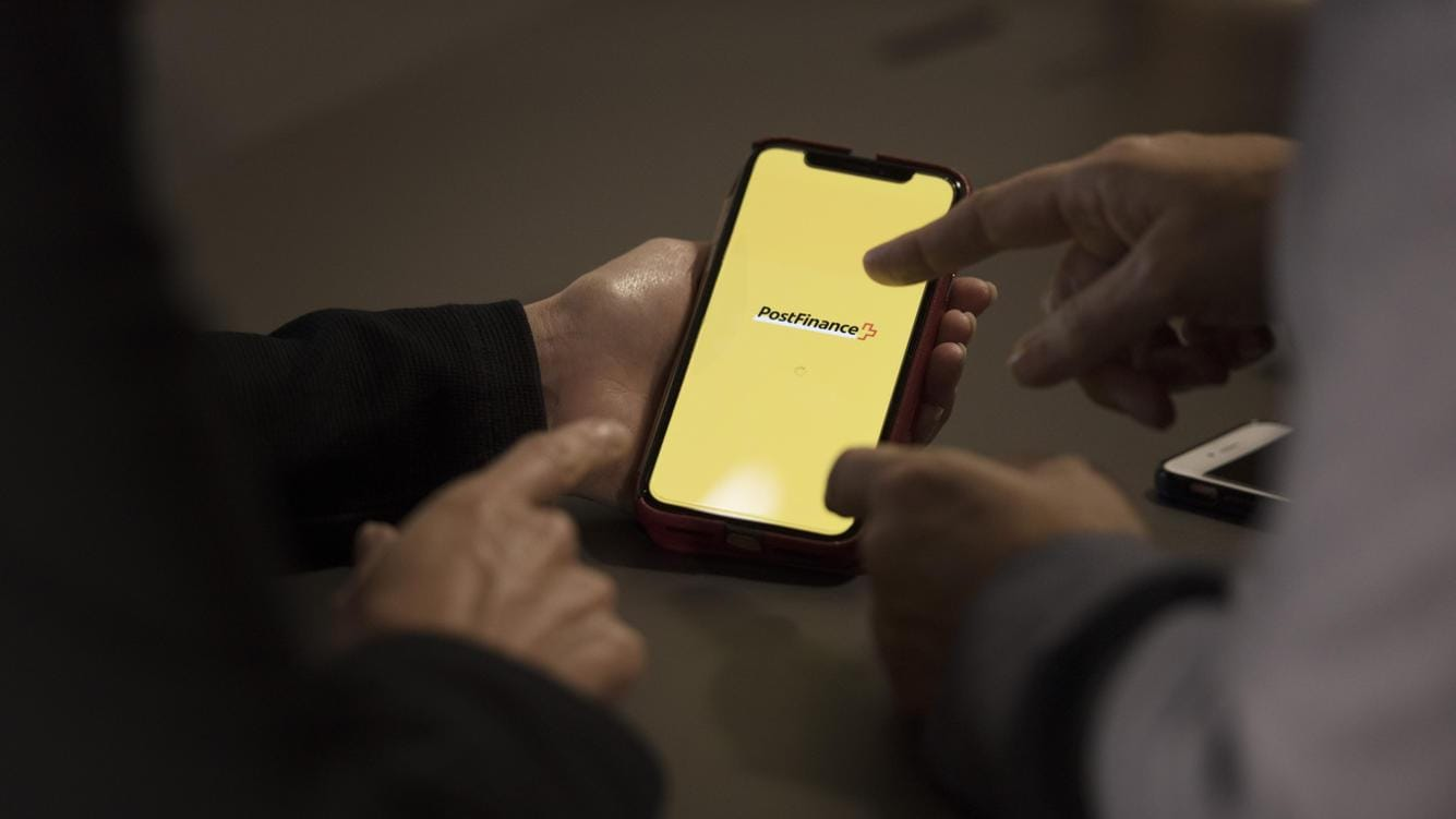 [Staged Picture, Gestellte Szene] Financial consultation of a client by a PostFinance financial advisor by means of the PostFinance app at PostFinance branch Aarberggasse in Bern, Switzerland, on October 18, 2018. (KEYSTONE/Christian Beutler)