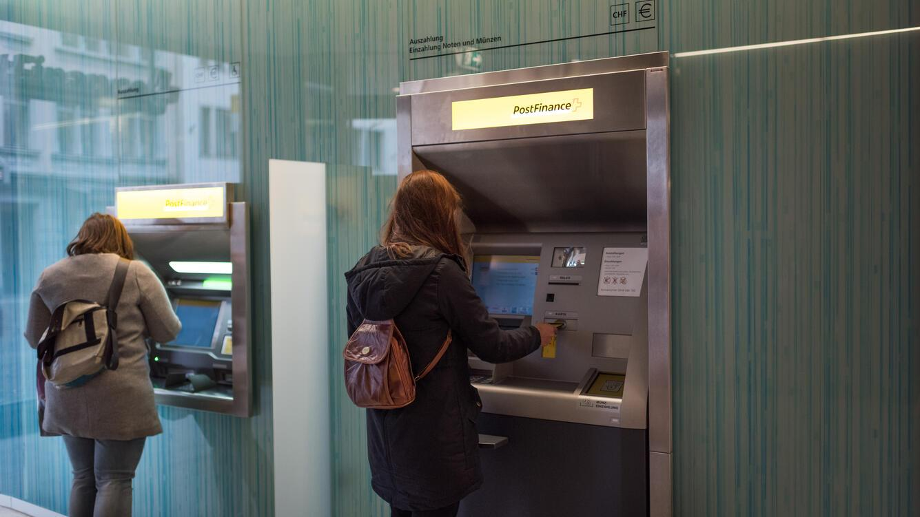 Cash withdawal by customers at a cash dispenser of PostFinance at Rennweg in Zurich, Switzerland, on October 30, 2018. (KEYSTONE/Christian Beutler)Bargeldbezug von Kundinnen an einem Postomaten der PostFinance am 30. Oktober 2018 am Rennweg in Zuerich. (KEYSTONE/Christian Beutler)