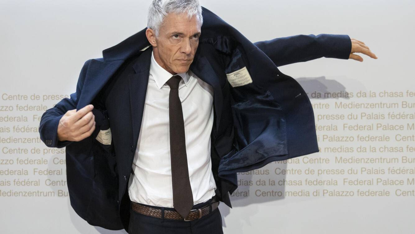 Quality Repeat: Swiss Federal Attorney Michael Lauber puts on his jacket at the end of a media conference at the Media Centre of the Federal Parliament in Bern, Switzerland, on Friday, 10 May 2019. Federal Attorney Michael Lauber is criticised for informal meetings with FIFA head Gianni Infantino. The supervisory authority for the Federal Prosecutor's Office is opening a disciplinary investigation against Lauber. (KEYSTONE/Peter Klaunzer)