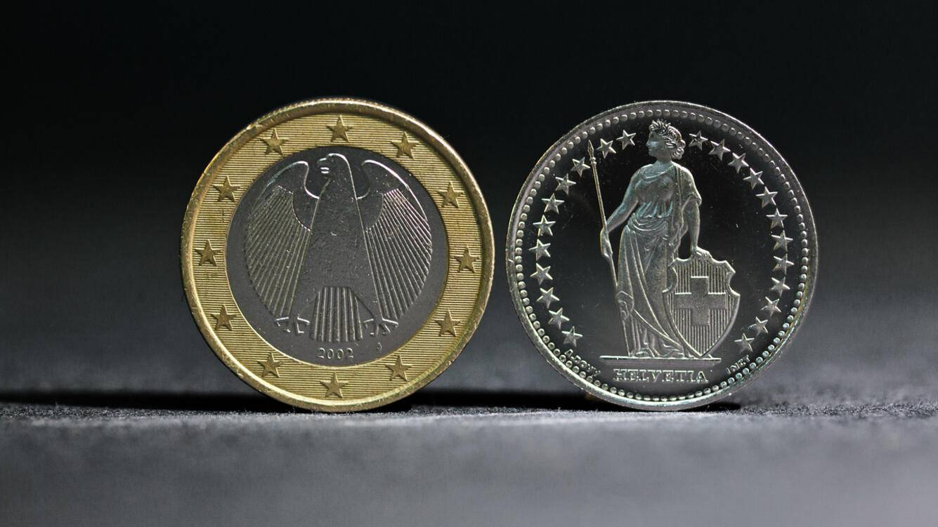 A coin of 1 Euro (left) and a coin of 1 Swiss Franc (right), pictured on July 21, 2011.(KEYSTONE/Martin Ruetschi)