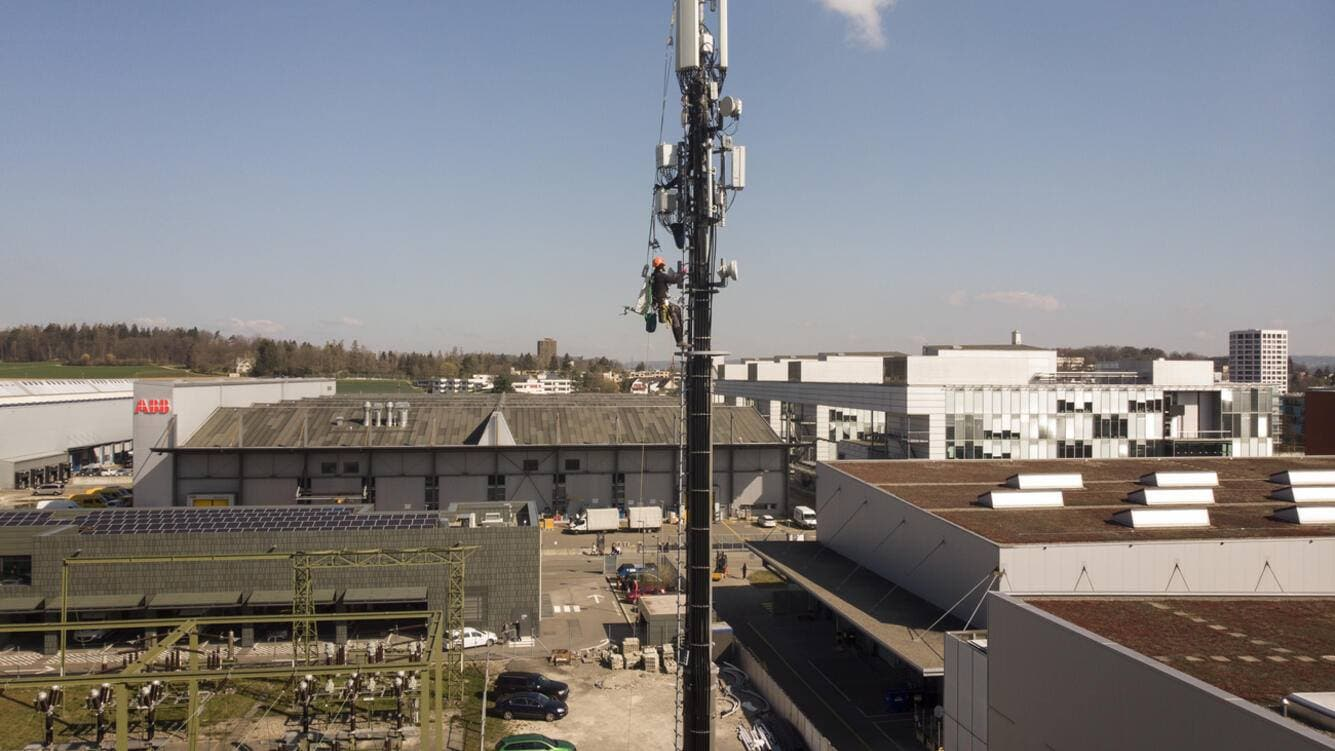 Installation specialist install on behalf of Sunrise a 5G antenna element on a mobil communication antenna, in Oerlikon, Switzerland, on March 28, 2019. (KEYSTONE/Christian Beutler)Installationsfachmaenner installieren im Auftrag der Sunrise ein 5G-Antennenelement an einer Mobilfunktantenne, am 28. Maerz 2019 in Zuerich. (KEYSTONE/Christian Beutler)