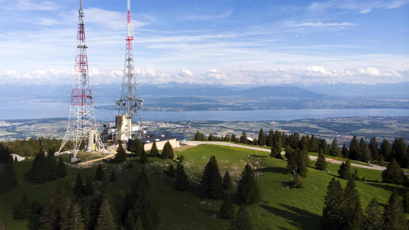 "The new mast, right, and the 128 meters high telecommunications and broadcasting mast of Swisscom Broadcast division, called ""La Barillette"", left, with a weight of 97 tons of metal, are pictured before 8 kilograms of explosve material blasted two of its supporting feet in Cheserex, in font of the Lake Geneva, Switzerland, Thursday, May 24, 2018. (KEYSTONE/Laurent Gillieron, Valentin Flauraud, Laurent Darbellay)"