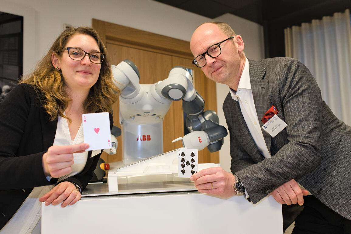 Gioia da Silva, ABB Switzerland Communication;YUMI Roboter zeigt einen Kartentrick;Henrik Norlin, EF Education First Ltd.