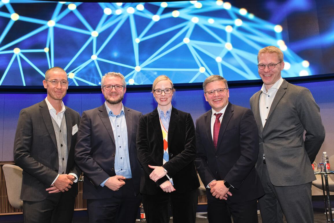 Die Panelisten:Kye Andersson, Head of Communications; Peltarion;Damian Borth, Professor of Artificial Intelligence & Machine Learning, Uni St. Gallen;Annika Schröder, Executive Director, UBS Group Technology;Otto Preiss, COO Digital, ABB;Dennis Nobelius, CEO, Zenuity