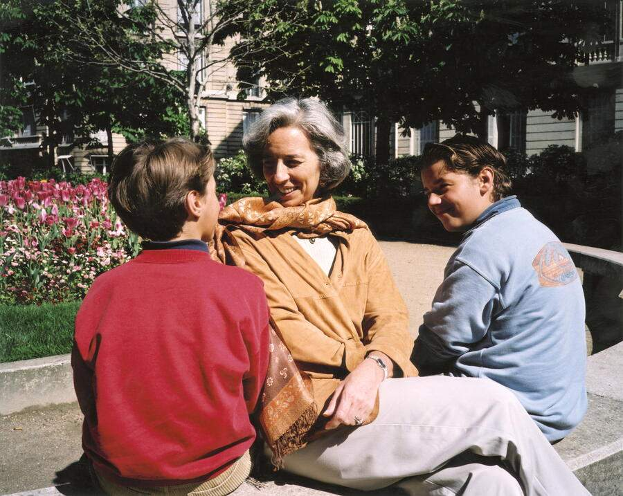 Christine Lagarde With Family. L'avocate française Christine LAGARDE présidente du plus grand cabinet d'avocats américain Baker & Mckenzie : dans un parc avec ses enfants Tom et Pete. (Photo by Jacques Lange/Paris Match via Getty Images)