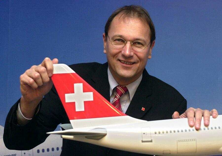 Andre Dose, CEO of the new Swiss airline Swiss International Air Lines, poses next to an airbus model in Frankfurt, December 2, 2002.  (KEYSTONE/DPA/Werner Baum) ===  ===