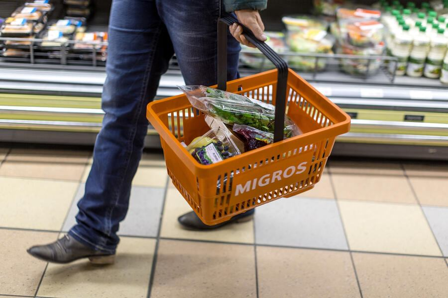 A customer carries a shopping basket filled with groceries, pictured on March 5, 2013, at the Migros branch in Baden, Switzerland. Migros is Switzerland's the largest retail company. (KEYSTONE/Gaetan Bally)Ein Kunde traegt einen Einkaufskorb gefuellt mit Lebensmitteln, aufgenommen am 5. Maerz 2013 in der Migros-Filiale in Baden. (KEYSTONE/Gaetan Bally)
