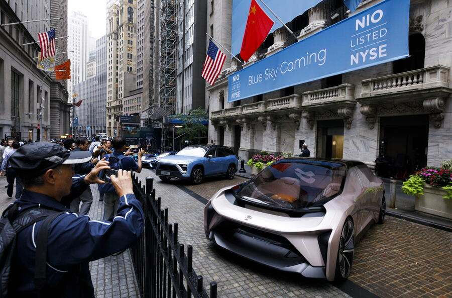 epa07014819 Electric vehicles are lined up in front of the New York Stock Exchange leading up to the initial public offering of NIO Inc., a Chinese electric-vehicle company, in New York, New York, USA, on 12 September 2018. The company, which has been compared to Tesla, is expected to raise around 1 billion USD / 860 million Euros.  EPA/JUSTIN LANE