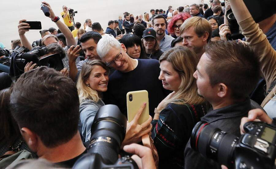 epaselect epa07833376 Apple CEO Tim Cook poses for a selfie duering the hands-on portion of the Apple Special Event in the Steve Jobs Theater at Apple Park in Cupertino, California, USA, 10 September 2019. EPA/JOHN G. MABANGLO
