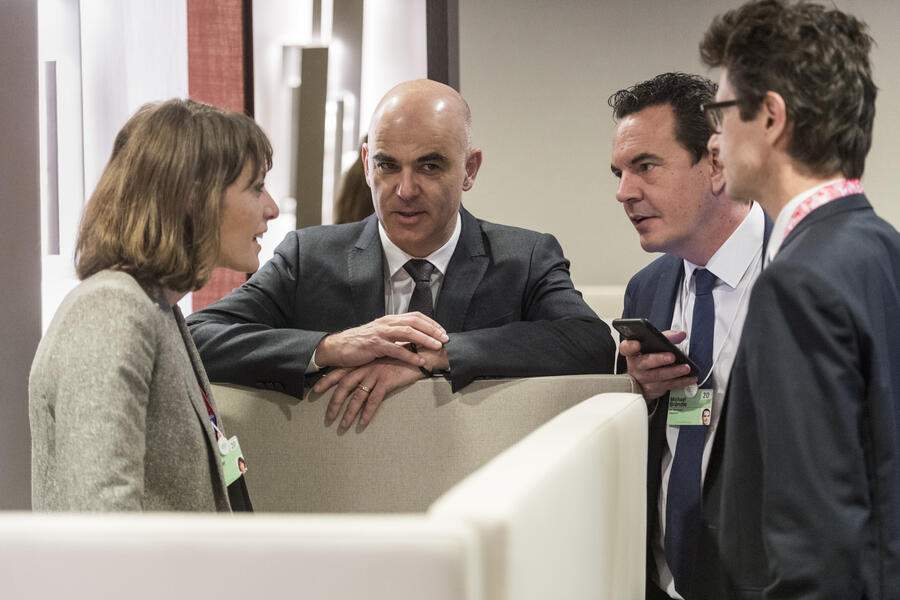 Federal councillor Alain Berset, 2nd left, confers with his team between bilateral meetings, Emilia Pasquier, left, and from right, Peter Lauener and Michael Braendle, during the 50th annual meeting of the World Economic Forum, WEF, in Davos, Switzerland, Wednesday, January 22, 2020. The meeting brings together entrepreneurs, scientists, corporate and political leaders in Davos from January 21 to 24. (KEYSTONE/Alessandro della Valle)