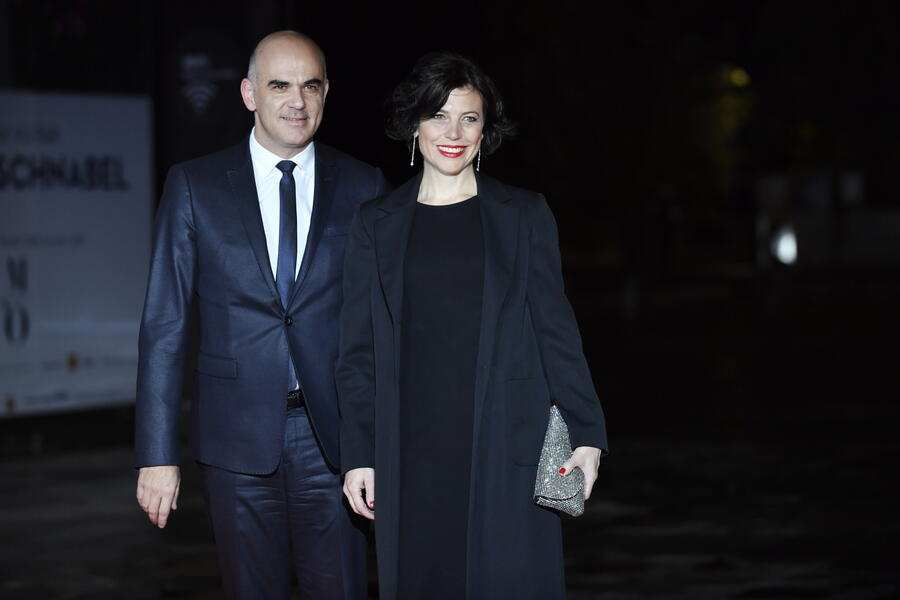 epa07156748 Swiss Confederation's President Alain Berset and his wife Muriel Zeender-Berset arrives at the official dinner on the eve of the international ceremony for the Centenary of the WWI Armistice of 11 November 1918 at the Orsay museum in Paris, France, 10 November 2018. Heads of State and Government commemorate the memory of their fallen soldiers in France.  EPA/JULIEN DE ROSA
