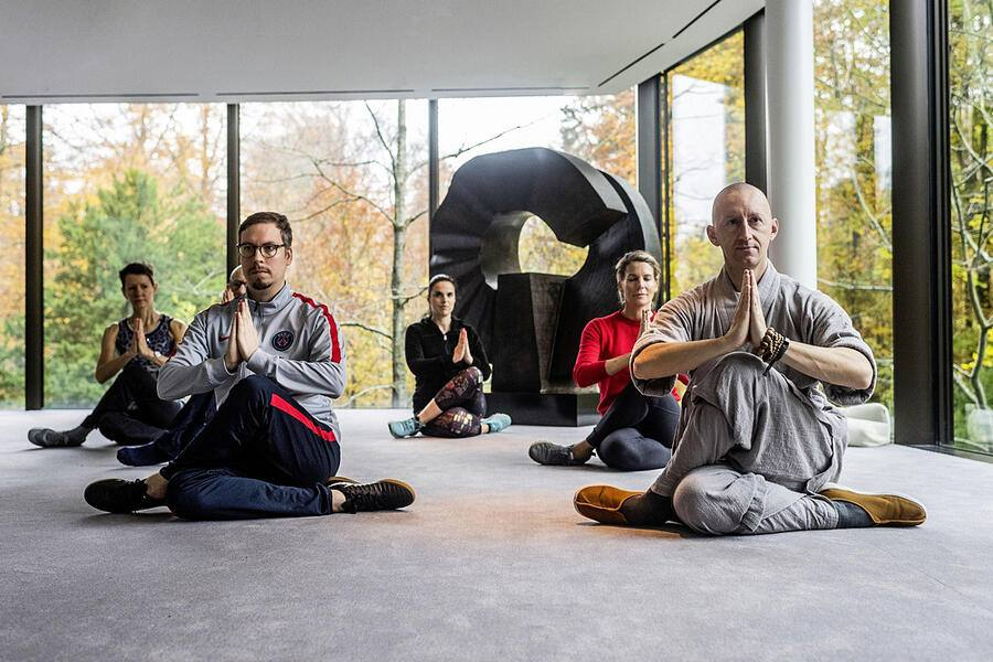 10.11.2019; Zürich; BILANZ - Shaolin Mönch Shi Xing Mi; Shaolin Mönch Shi Xing Mi (Walter Gjergia) mit Bilanz Journalist Bastian Heiniger während seinem Workshop Meditations-Retreats (Ancient wisdom for the modern times) im Grand Hotel Dolder in Zürich. © Valeriano Di Domenico