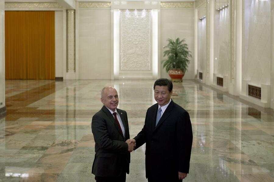 epa03791684 Swiss President Ueli Maurer (L) shakes hands with Chinese President Xi Jinping (R) at the Great Hall of the People in Beijing, China, 18 July 2013.  EPA/Alexander F. Yuan / POOL Pool Photo