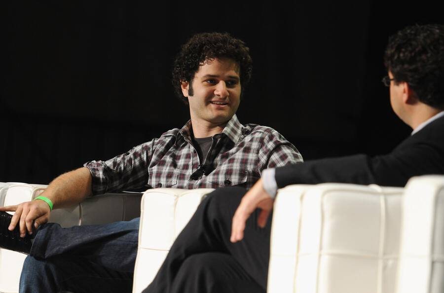 Facebook-Co-Gründer Dustin Moskovitz (links) spricht 2011 an der TechCrunch Disrupt SF 2011 im San Francisco Design Center Concourse.