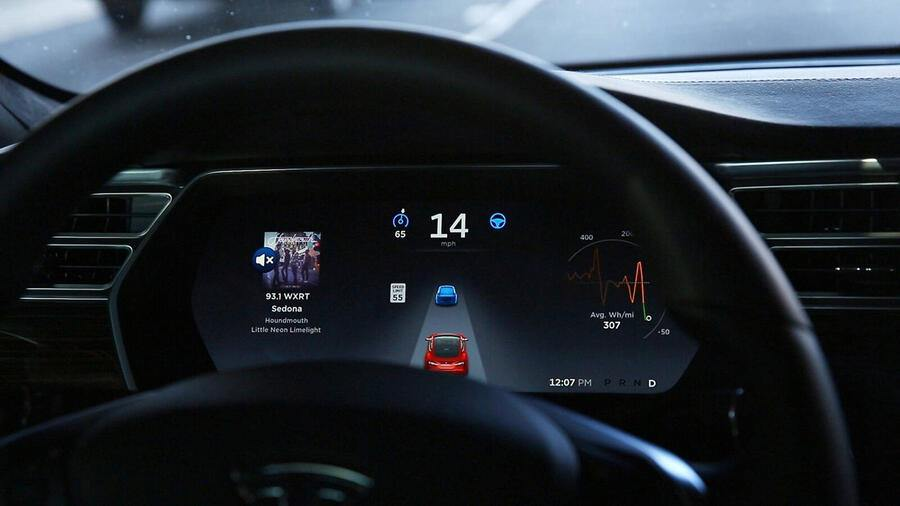 December 3, 2015, Skokie, IL, USA: The dashboard of the software-updated Tesla Model S P90D shows the icons enabling Tesla s autopilot, featuring limited hands-free steering, making the Tesla the closest thing on the market to an autonomous-driving enable vehicle. Skokie USA PUBLICATIONxINxGERxSUIxAUTxONLY - ZUMAm67 20151203zafm67071 Copyright: xChrisxWalkerx