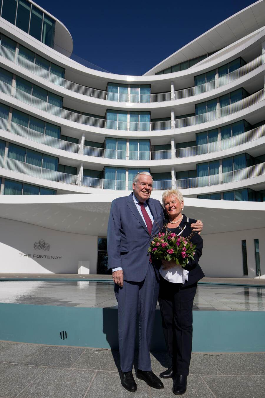 19 March 2018, Germany, Hamburg: Logistics billionaire and Hamburger SV investor Klaus Michael Kuehne and his wife Christine stand outside 'The Fontenay'. Kuehne gave a press conference to speak about the opening of the new hotel. Photo: Christian Charisius/dpa | Verwendung weltweit (KEYSTONE/DPA/Christian Charisius)