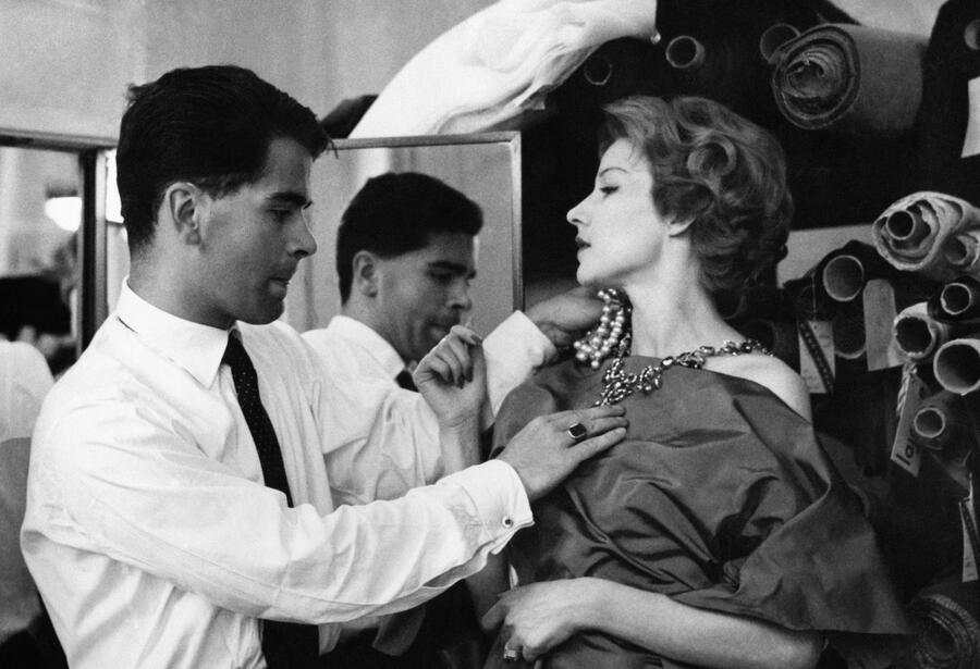 Karl Lagerfeld, styliste de mode chez Jean Patou, faisant des essayages sur un mannequin à Paris, France, le 21 juillet 1958. (Photo by KEYSTONE-FRANCE/Gamma-Rapho via Getty Images)