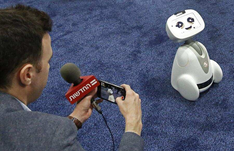 CES_Buddy_Blue_Frog_Robotics