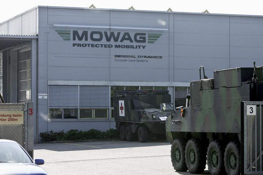 Armored vehicles and logo in front of a building of vehicles manufacturer Mowag GmbH in Kreuzlingen in the canton of Thurgau, Switzerland, pictured on September 30, 2009. (KEYSTONE/Gaetan Bally)Gepanzerte Fahrzeuge und Logo vor einem Gebauede des Fahrzeugherstellers Mowag GmbH in Kreuzlingen im Kanton Thurgau, aufgenommen am 30. September 2009. (KEYSTONE/Gaetan Bally)