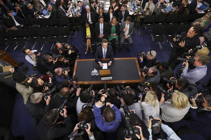 BILDPAKET -- ZUM JAHRESRUECKBLICK 2018 PEOPLE, STELLEN WIR IHNEN HEUTE FOLGENDES BILDMATERIAL ZUR VERFUEGUNG -- Facebook CEO Mark Zuckerberg arrives to testify before a joint hearing of the Commerce and Judiciary Committees on Capitol Hill in Washington, Tuesday, April 10, 2018, about the use of Facebook data to target American voters in the 2016 election. (AP Photo/Pablo Martinez Monsivais)
