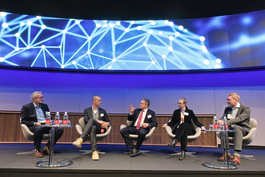 Das Diskussionspanel:Damian Borth, Professor of Artificial Intelligence & Machine Learning, Uni St. Gallen;Kye Andersson, Head of Communications; Peltarion;Otto Preiss, COO Digital, ABB;Annika Schröder, Executive Director, UBS Group Technology;Dennis Nobelius, CEO, Zenuity