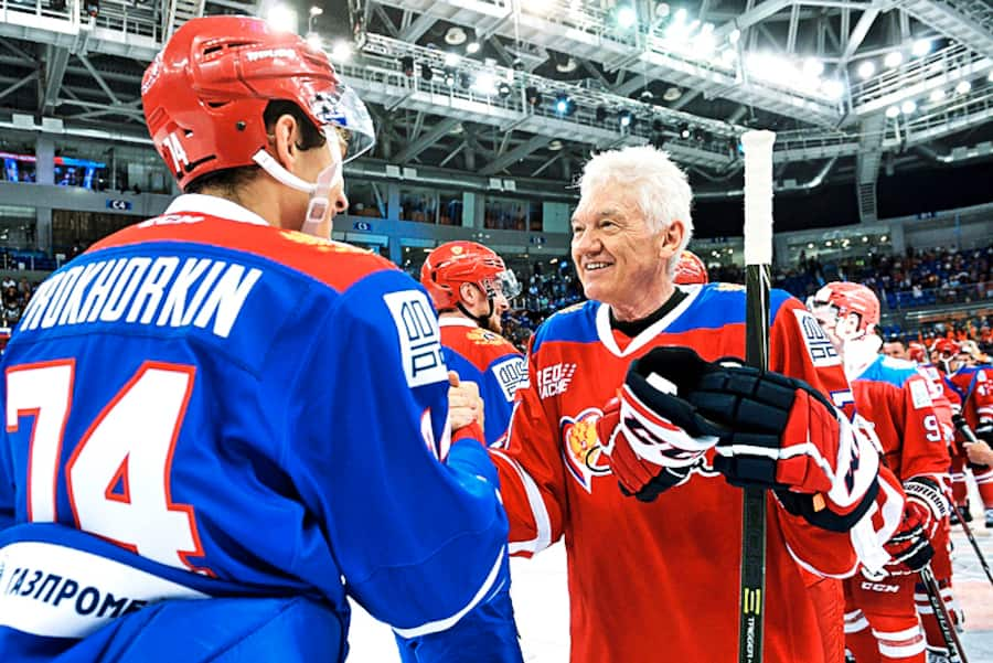5614725 22.08.2018 Team Blue's Nikolai Prokhorkin, left, and Team Red player and Volga Group owner Gennady Timchenko after a hockey match held as part of the From a Pure Heart charity event at the Sirius Center's Shayba Arena in Sochi. Artur Lebedev / Sputnik (KEYSTONE/SPUTNIK/Artur Lebedev)